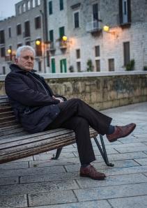 """Carlo Mazza è nato a Bari nel 1956, dove ha sempre vissuto. Lavora in banca da 35 anni e si è occupato di organizzazione e gestione dei rischi. Tra i propri interessi, ha praticato attività politica e ha coltivato la scrittura teatrale, dedicandosi alla drammaturgia di ispirazione religiosa. Con il personaggio di Antonio Bosdaves, ispirato ai suoi trascorsi militari, ha pubblicato per la collezione Sabot/age delle Edizioni e/o, i polizieschi """"Lupi di fronte al mare"""" (2011), incentrato sulle relazioni tra politica, finanza e sanità, finalista al """"Festival Mediterraneo del Giallo e del Noir"""" 2012 e tradotto in lingua spagnola dalle Ediciones Seronda; e """"Il cromosoma dell'orchidea"""" (2014). Sullo sfondo di una partita che contrappone angeli e demoni e ha come posta la salvezza ambientale, agiscono personaggi vibranti e intensi, animati da lucenti passioni o soggiogati dalla carnalità, in una corsa scintillante verso la rivelazione finale. Il tutto partendo dal suicidio (presunto) di un amico del protagonista, politico votato alla salvezza dell'ambiente naturale e, quindi, della propria terra. Una vicenda che narra la realtà accecata del Sud, con lo sguardo consapevole di chi ne fa parte e ha scelto di restarvi. «Il cognome del protagonista – spiega Carlo Mazza - rimanda ai miei ricordi adolescenziali: c'era un giocatore argentino del Verona che si chiamava così. Il nome del Capitano, viene da lì. Mi piaceva la musicalità ondosa del suono. A dispetto della provenienza, il mio capitano ama poco il gioco di squadra. D'altra parte, e cito Visconti, i corvi volano a stormi, l'aquila sempre da sola. L'intenzione è di scrivere un altro romanzo con Bosdaves, per comporre una trilogia». Lo stile di scrittura di Carlo Mazza è stato oggetto anche di una ricerca linguistica (""""Puglia in Noir"""" di Maria Carosella, Società di Storia patria per la Puglia, 2013)."""